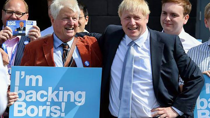 79岁父亲违反防疫规定出国度假 英国首相约翰逊尴尬回避答非所问