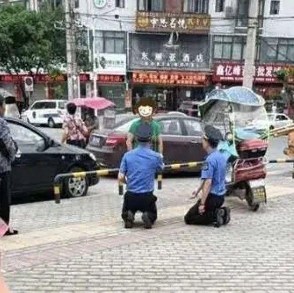 网传该地城管给女商贩下跪?!官方通报来了!