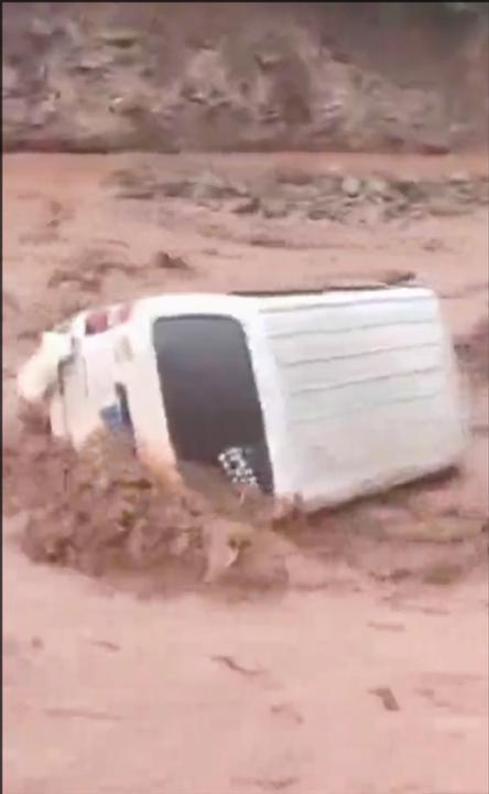 男子驾车强行涉水过河遭遇滚滚山洪 连人带车被冲进河床