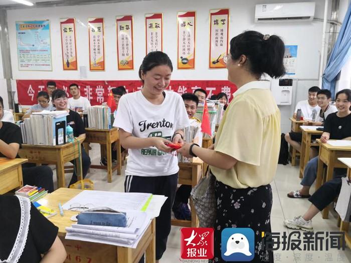 """一句话两颗糖寄语祝福 郓城一中教师给高三学生发放助考""""锦囊"""""""