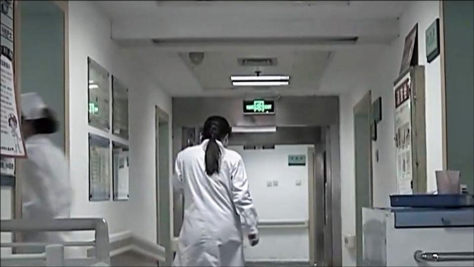 传奇故事:情绪激动拒绝治疗,在医生找家人商量时,女子竟然坠楼