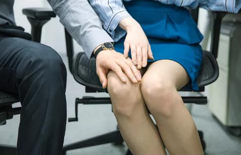 """""""摸胸、扯上衣"""",男子性骚扰7名女同事被炒,向公司索赔4万多,法院这样判"""