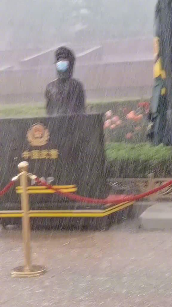致敬中国军人!暴风雨中一动不动站了两个小时,这就是中国军人!