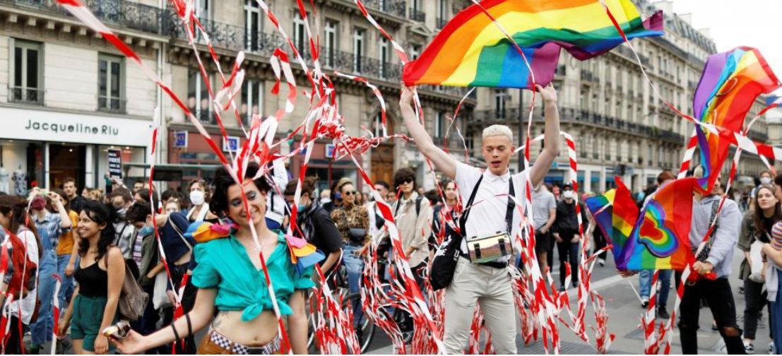"""巴黎街头飘满彩虹旗,上千民众为LGBT""""骄傲"""""""
