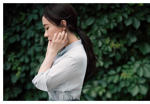 霍思燕穿雾霾蓝好甜美,衬衫配印花裙精致减龄,难怪杜江这么宠爱