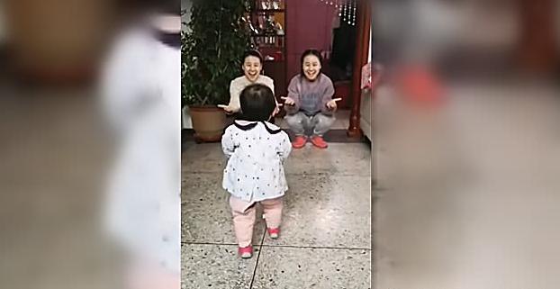 小姨和妈妈是双胞胎,同时张开怀抱,宝宝的反应爸爸乐坏了
