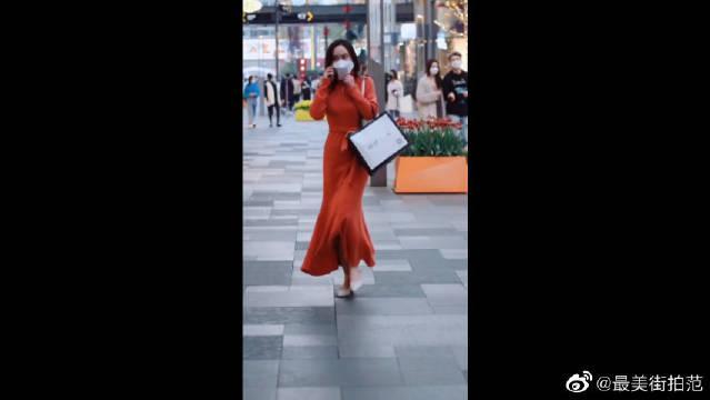 太古里街拍,一席红长裙的美女,像这样的美女是最有女人味的!