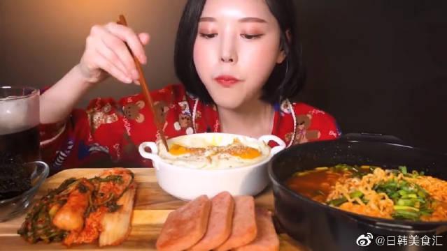 """""""酱油鸡蛋饭+方便面+午餐肉"""",大口大口地吃真过瘾啊!!"""