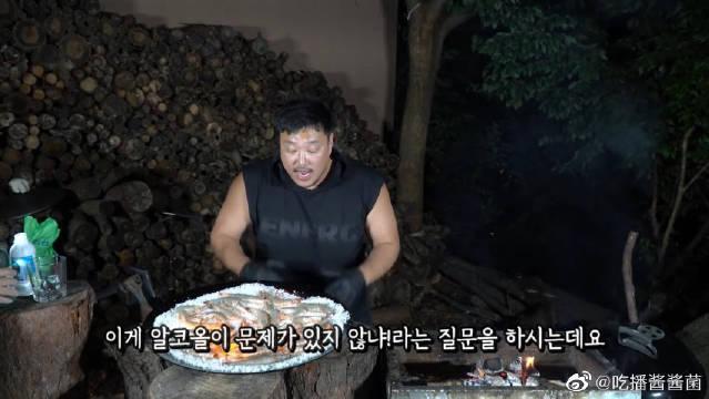 韩国肌肉哥深夜开小灶,明火烤熟的虾,闻着焦香吃起来很嫩