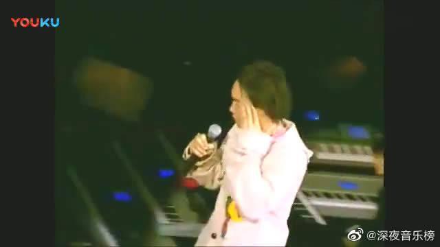 """陈奕迅很少唱现场的一首经典歌曲 骑在""""摇摇车""""上唱给歌迷……"""
