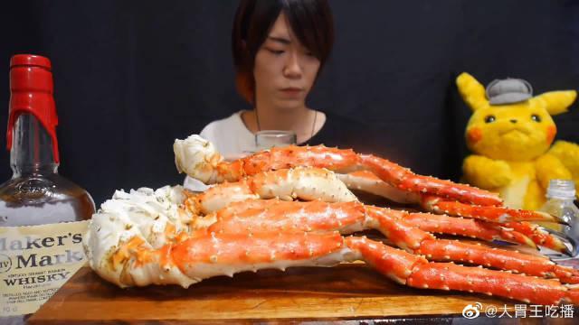 大胃王耳机小哥今天吃帝王蟹腿!这样的肉看着真的很嫩啊~