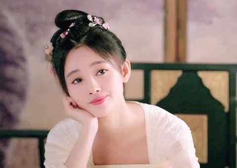 古装美人单手托腮什么样?李沁、唐嫣、贾静雯谁的造型最少女?