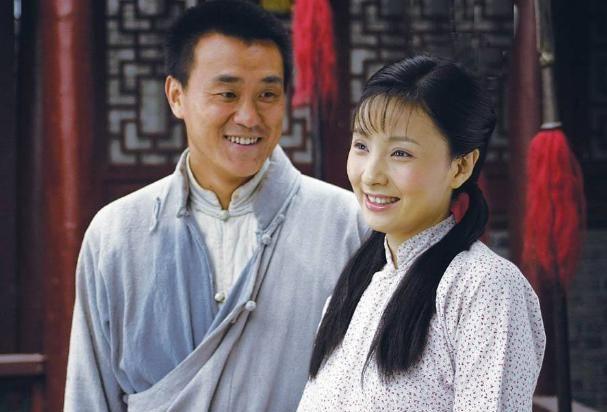 何冰37岁走红,1998年李海洋倒贴5000块钱办婚礼:白捡了个老婆