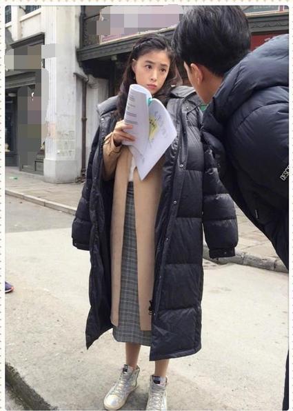 当蒋欣和冯提莫同穿长款羽绒服,才知身高比苗条重要的太多