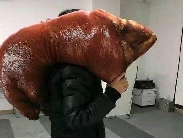 男子下班扛个大猪脚回家,老婆看到非常高兴,准备动刀时不淡定
