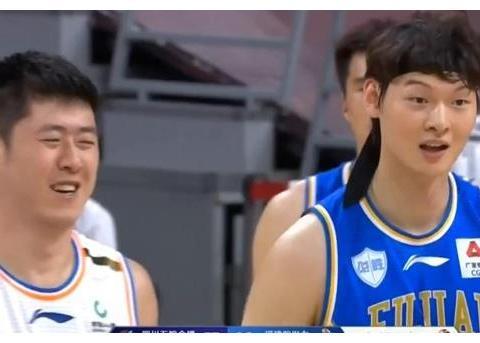 CBA搞笑画面:四川队员被王哲林抱住后怒吼裁判,看嘴型说了啥?