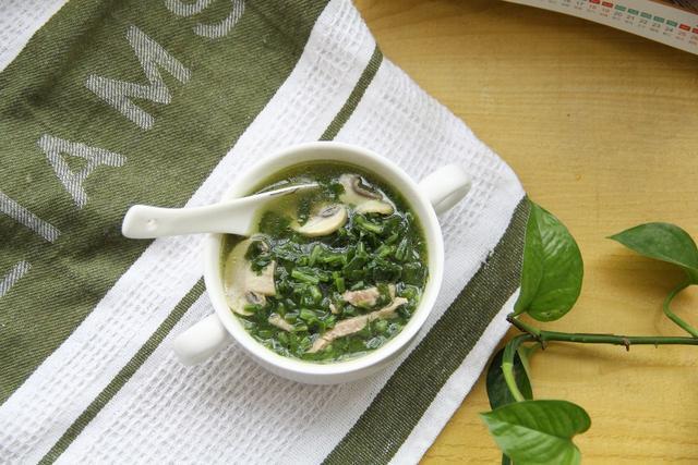 大鱼大肉吃腻了,来碗雪菜蘑菇肉丝汤,清爽又下饭,好看又好喝