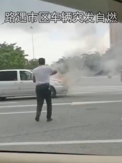 小车在市区自燃,危急!老兵挺身而出,第一时间扑火!