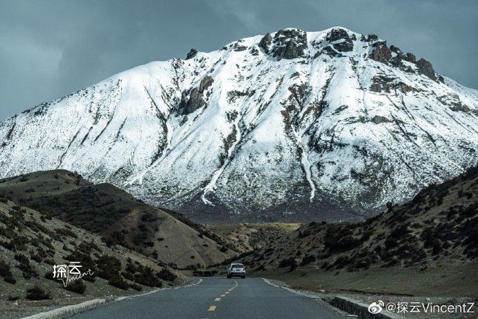 在藏区自驾,时常感叹于天空、白云和山峦的无比透彻……