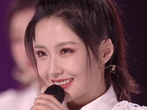 王艺瑾成团夜哭到脱妆,下睫毛糊在眼皮上,却丝毫不影响她的美