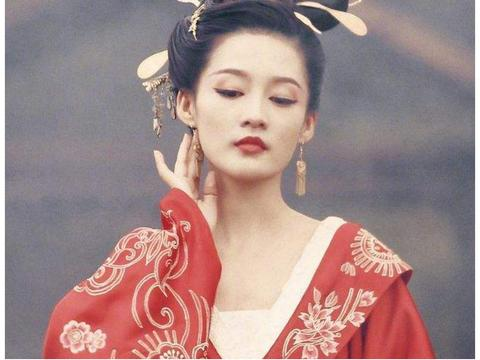 李沁一个微笑黑化,张子枫一个眼神黑化,而她差点让整部剧禁播