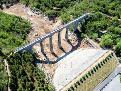"""大寨团结沟上两用""""桥"""":下面输水上面行人,边疆参观团参加建设"""