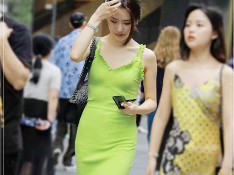 """路人街拍:今年夏天流行""""牛油果裙"""",这才是属于夏天的颜色"""