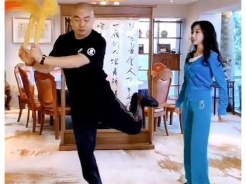 37岁程野一家近况:晒妻子跳舞视频,夫妻生活十分恩爱!