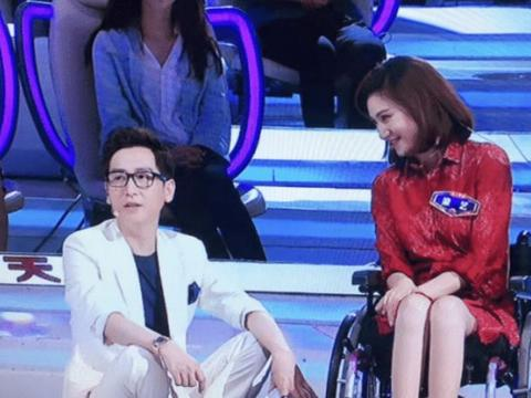 """她本快成湖南主持""""一姐"""",却遇疾病下身瘫痪,如今只能轮椅相伴"""