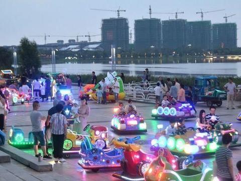 江苏金湖:荷花广场夜景五彩缤纷,带动夜市消费经济持续增长