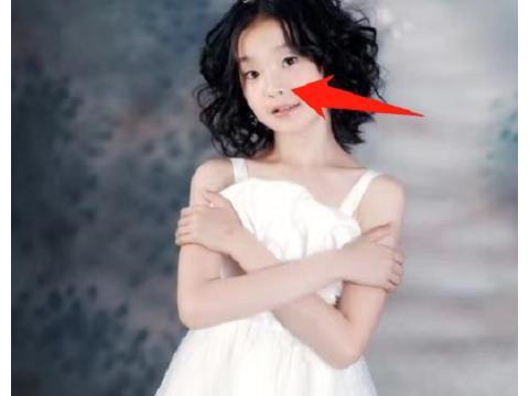 张艺凡晒童年照,高鼻梁V字脸十分抢镜,真不愧是天生丽质