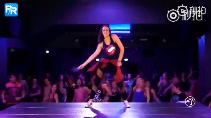 一个非常火爆的zumba舞教程,跳4分钟等于运动一小时,甩肉必备……