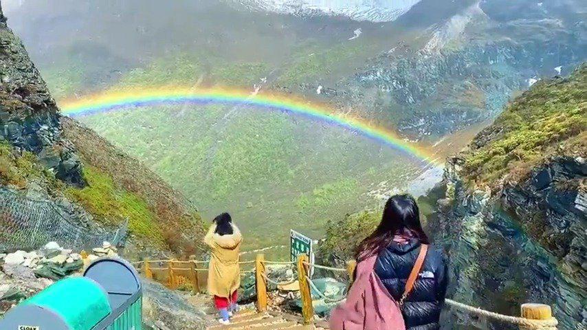网友在海拔4500米的稻城亚丁看到的彩虹……