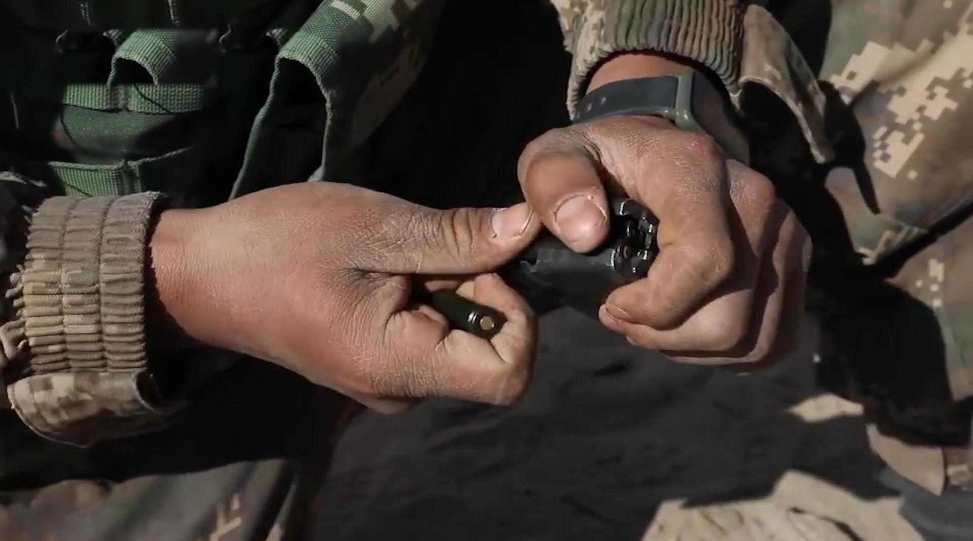 在海拔4000米的帕米尔高原上,武警战士用实弹燃烧热血青春!
