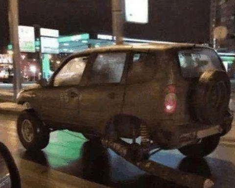 男子驾车远途轮胎意外爆胎,没有备用轮胎,可司机的办法让人佩服