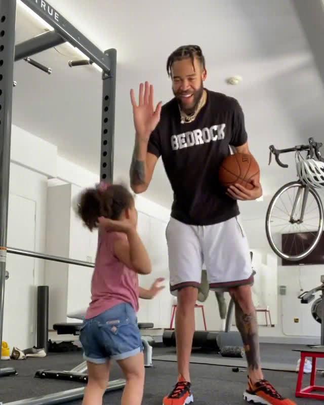 暖心老爹!麦基带女儿来到训练室……