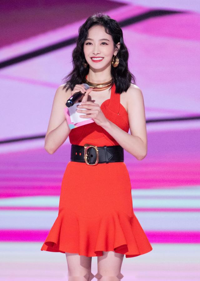 """宋茜真是行走的""""衣架子"""",一袭珊瑚红浪花裙浪漫优雅,风情万种"""