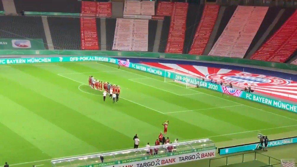 拜仁众将对着看台上的球迷标语庆祝夺冠!