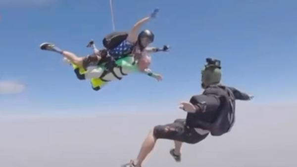 曾在二战中修飞机!百岁老人4000米跳伞破吉尼斯纪录