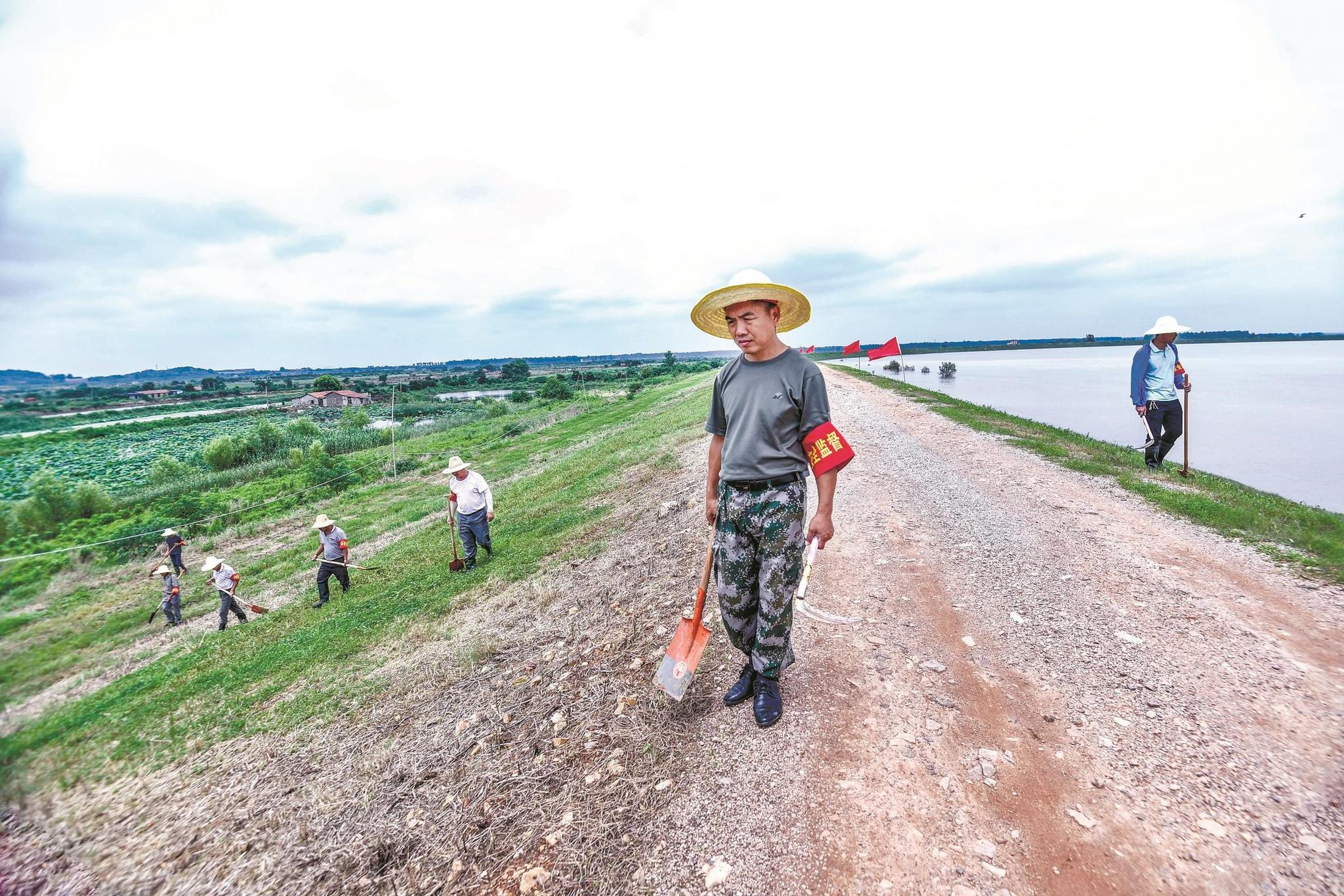 记者实地探访府河巡堤查险工作:铁锹探隐患,草坪常修剪