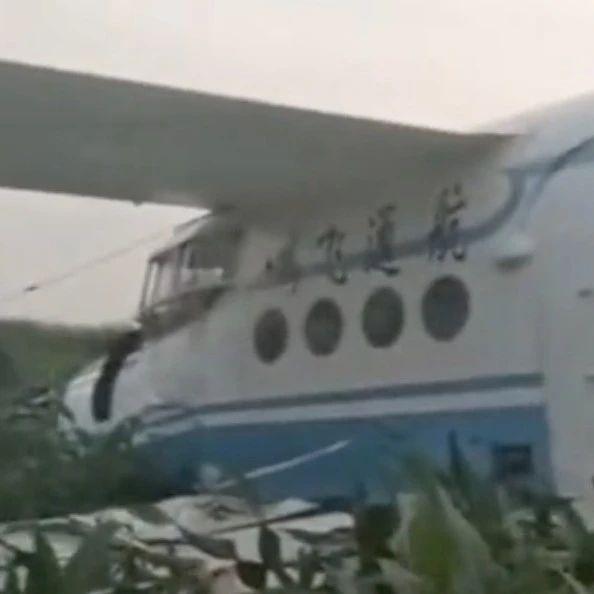 黑龙江一架飞机因故障迫降庄稼地,机长头部受伤…【视频】