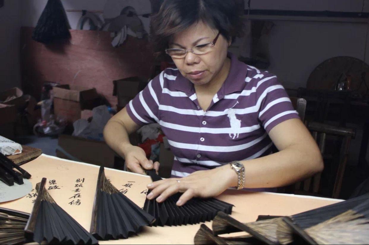 摩天登录:一百多年的王星记手工扇能摩天登录图片
