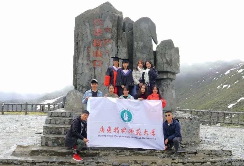 稀薄的空气,高耸的石碑……这场海拔4700米的毕业典礼,只为她一个人