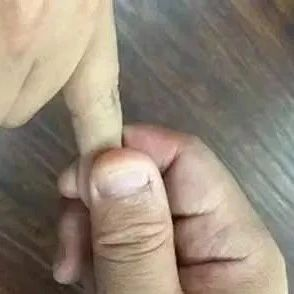 对小拇指做一件事,堪比安眠药和补肾药,白头发也少了