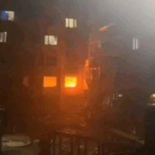 居民楼发生爆炸!窗框崩飞,玻璃碎了一地!巨大冲击波,还将对面楼房的玻璃震碎!