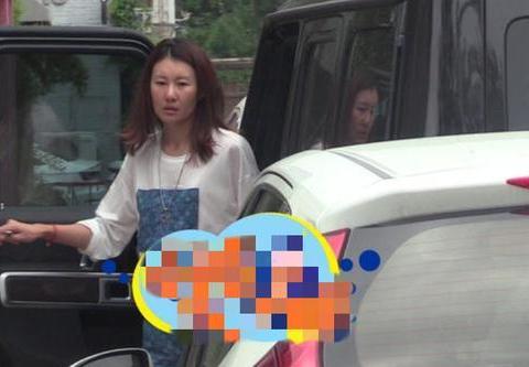 女友冯清开王宝强的豪车回公司:素颜曝光状态差,疑似宿醉很憔悴