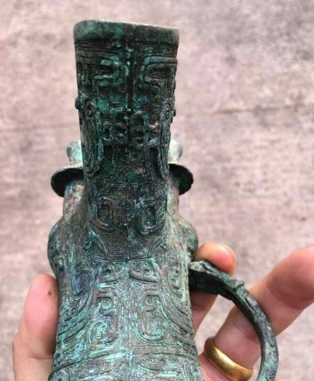 男子修房时挖到古代青铜器,引发众人热议,惊动专家赶到现场