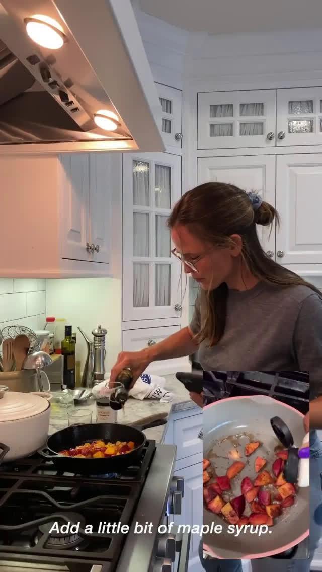 詹妮弗加纳更新了一集《假装厨艺秀》……