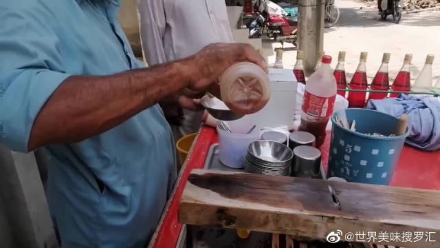印度街头的手磨沙冰,冰块磨细后淋上色素,吃完估计要拉肚子吧?