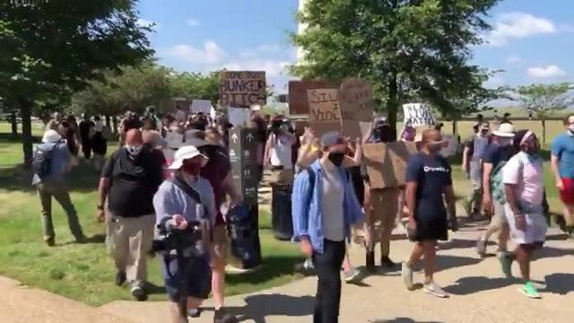 华盛顿广场纪念碑附近的BLM抗议人群